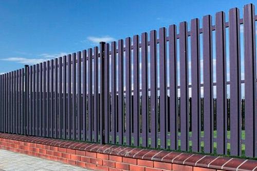 Забор из металлического штакетника: преимущества материала и конструкций